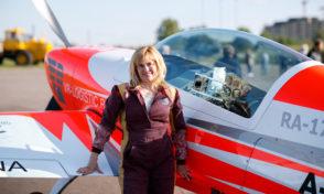 Светлана Капанина в воздушных воротах Русских авиационных гонок